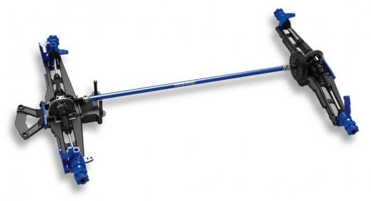 Traxxas XO-1 — это полноприводная модель с жестким карданным соединением. Длинный центральный вал сделан из алюминия, а телескопические колесные приводы из стали.